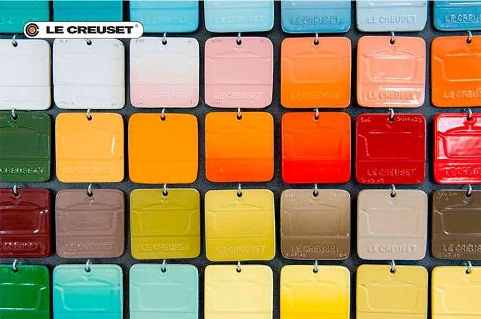 Algumas amostras de cores da linha de produtos e panelas Le Creuset